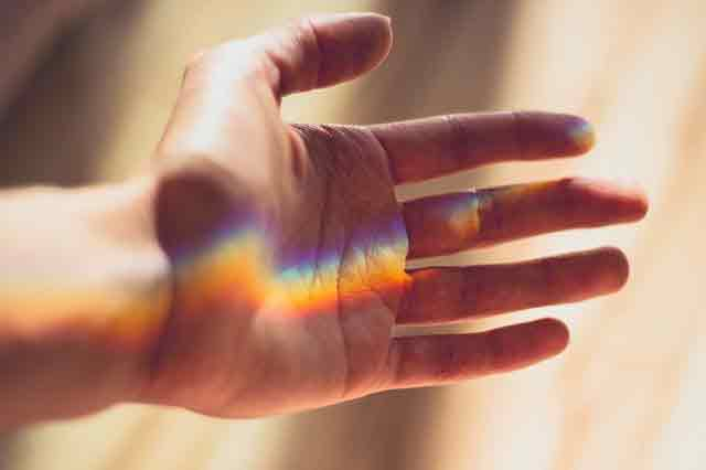 signification main qui gauche qui gratte